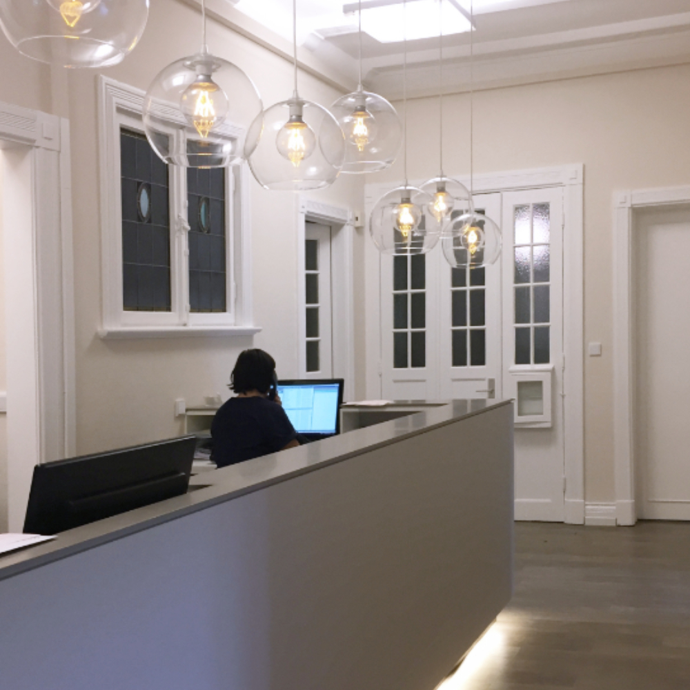 Praxisdesign Tresen und Licht