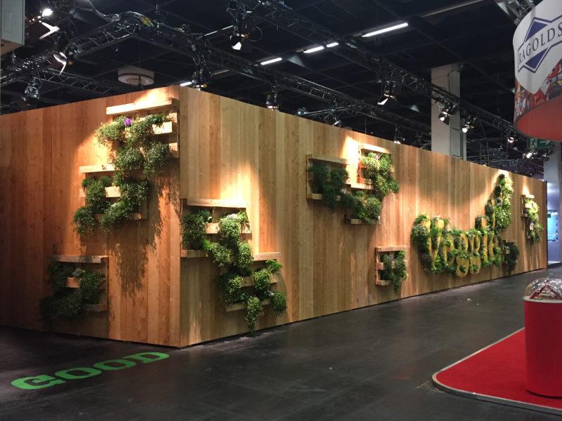 nachhaltiger Messebau mit Pflanzen und Paletten
