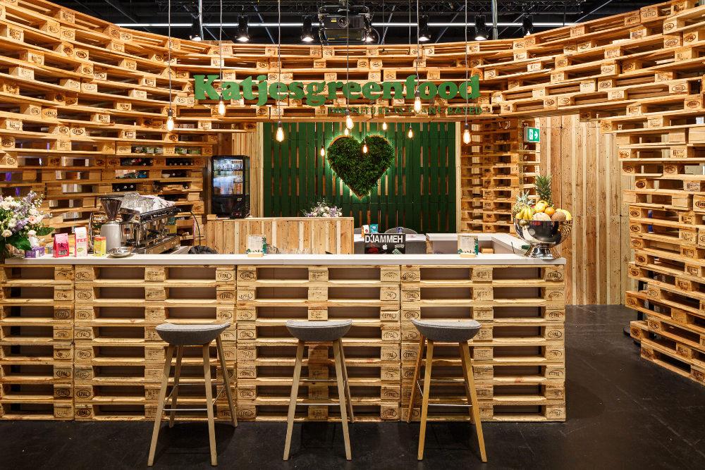 nachhaltiges Bar-Design aus recycelten Paletten auf der Messe